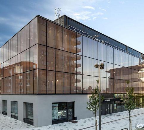پنجره های شیشه ای در طراحی نمای ساختمان اداری - آریاز دیزاین