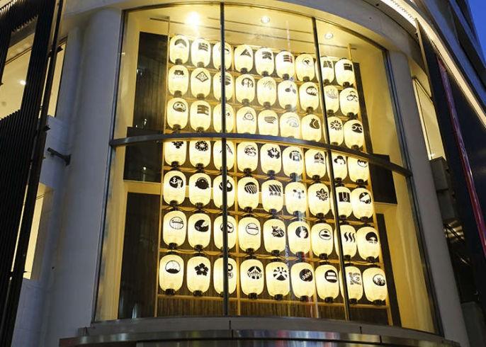 نورپردازی خلاقانه در نمای ساختمان تجاری آریاز دیزاین