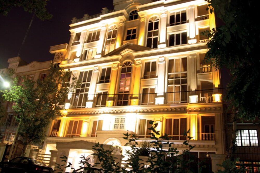 نورپردازی در ورودی ساختمان