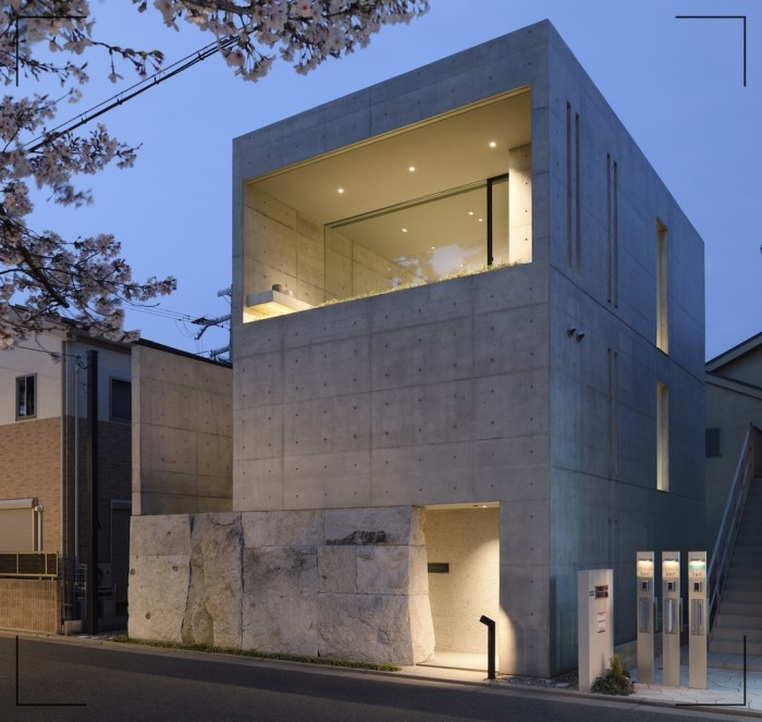 تاثیر پر رنگ نورپردازی در نمای یک ساختمان ساده آریاز دیزاین