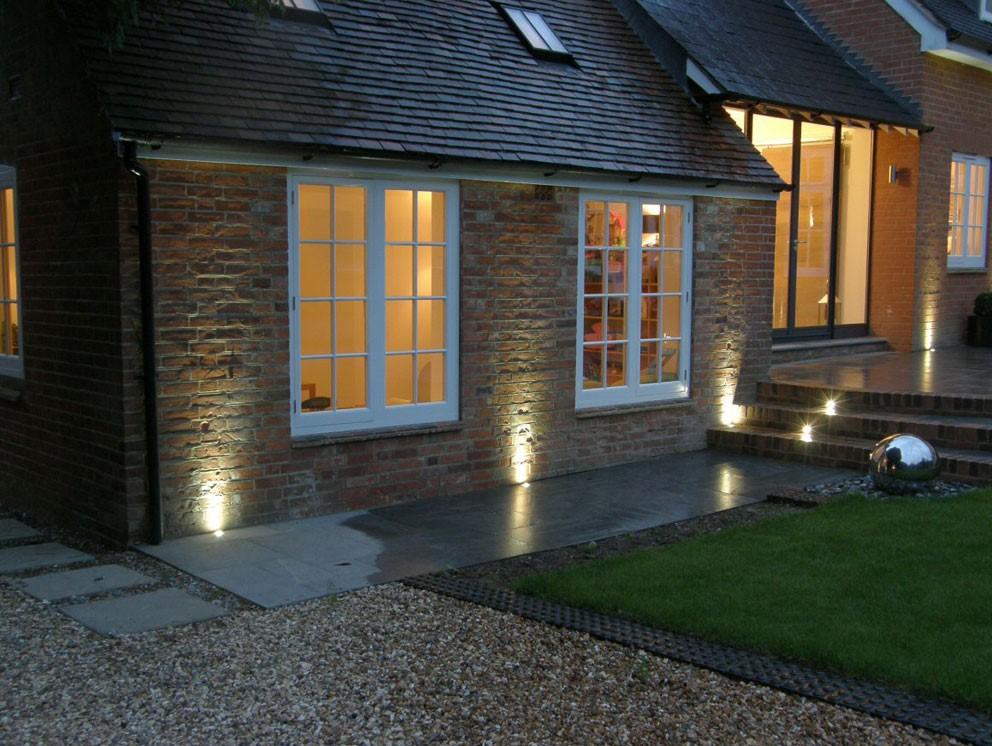 نورپردازی نمای ساختمان از پایین به بالا آریاز دیزاین